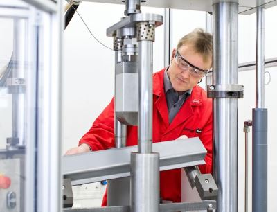 Test of the crash safety of load-bearing automotive body parts at the development center for the Adhesive Technologies business unit in Munich